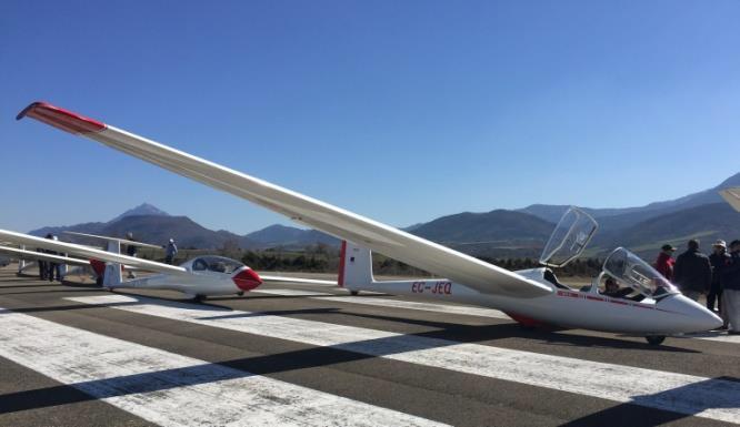 Fotografía de varias avionetas en pista
